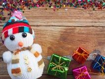 Julbakgrundsgarneringar med snögubbe- och gåvaaskar på det gamla träbrädet vid plant lekmanna- bästa sikt och kopieringsutrymme royaltyfri bild