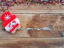 Julbakgrundsgarneringar med snögubbe- och gåvaaskar på det gamla träbrädet vid plant lekmanna- bästa sikt och kopieringsutrymme royaltyfria bilder