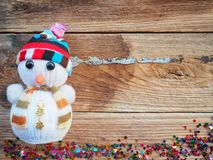 Julbakgrundsgarneringar med snögubbe- och gåvaaskar på det gamla träbrädet vid plant lekmanna- bästa sikt och kopieringsutrymme fotografering för bildbyråer