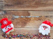 Julbakgrundsgarneringar med snögubbe- och gåvaaskar på det gamla träbrädet vid plant lekmanna- bästa sikt och kopieringsutrymme royaltyfria foton