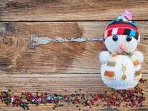 Julbakgrundsgarneringar med snögubbe- och gåvaaskar på det gamla träbrädet vid plant lekmanna- bästa sikt och kopieringsutrymme arkivfoto