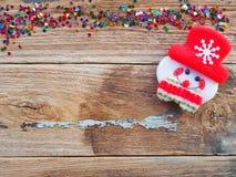 Julbakgrundsgarneringar med snögubbe- och gåvaaskar på det gamla träbrädet vid plant lekmanna- bästa sikt och kopieringsutrymme royaltyfri foto
