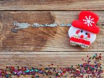 Julbakgrundsgarneringar med snögubbe- och gåvaaskar på det gamla träbrädet vid plant lekmanna- bästa sikt och kopieringsutrymme royaltyfri fotografi
