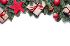 Julbakgrundsgräns upptill med granfilialer och oth royaltyfri bild