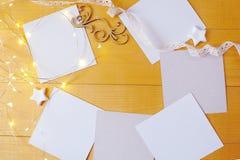 Julbakgrundskraft ark av papper med stället för din text och stjärnor och girland för vit jul på en guld Arkivbild