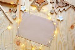 Julbakgrundskraft ark av papper med stället för din text och vita jul stjärna och girland på trä Arkivfoton