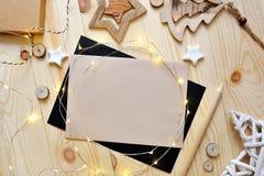 Julbakgrundskraft ark av papper med stället för din text och vita jul stjärna och girland på trä Royaltyfria Foton