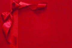 Julband med pilbågen på rött tyg Arkivfoton