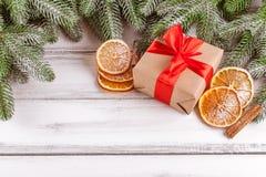 Julbaner med det gröna trädet, giftbox, handgjord filtgarnering, apelsinen och kanel på vit träbakgrund Fotografering för Bildbyråer