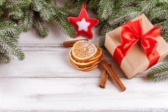 Julbaner med det gröna trädet, kottar, handgjorda filtgarneringar, apelsinen och kanel på vit träbakgrund Töm utrymme fo Arkivfoton