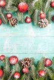 Julbaner med gröna röda och vita handgjorda filtgarneringar för träd, på vit trätexturerad bakgrund Arkivfoton