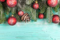 Julbaner med gröna röda och vita handgjorda filtgarneringar för träd, på vit trätexturerad bakgrund Royaltyfria Bilder