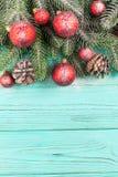 Julbaner med gröna röda och vita handgjorda filtgarneringar för träd, på vit trätexturerad bakgrund Arkivbild