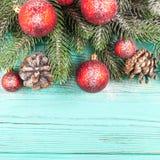 Julbaner med gröna röda och vita handgjorda filtgarneringar för träd, på vit trätexturerad bakgrund Royaltyfria Foton