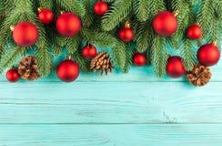 Julbaner med gröna röda och vita handgjorda filtgarneringar för träd, på vit trätexturerad bakgrund Royaltyfri Bild