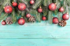Julbaner med gröna röda och vita handgjorda filtgarneringar för träd, på vit trätexturerad bakgrund Royaltyfri Foto