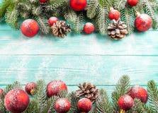 Julbaner med gröna röda och vita handgjorda filtgarneringar för träd, på vit trätexturerad bakgrund Arkivfoto