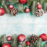 Julbaner med gröna röda och vita handgjorda filtgarneringar för träd, på vit trätexturerad bakgrund Arkivbilder