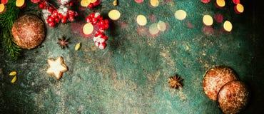 Julbaner med granfilialer, kakor, pepparkakor och festlig bokehbelysning, bästa sikt Arkivbild