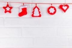 Julbaner med handgjorda filtgarneringar på vit bakgrund Tomt avstånd för text Arkivbild