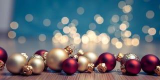 Julbaner med struntsaker och ljus Arkivfoton