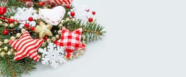 Julbanerbakgrund med den vita snöflingan arkivbilder