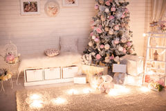 Julbarnrum med det decoreted trädet arkivfoto