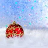 Julbauble på vita päls och lampor Royaltyfri Foto