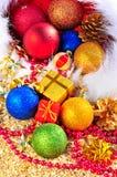Julbaubles och gåvaaskar på sanen Arkivbild