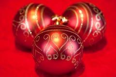 Julbaubles och stearinljus Royaltyfria Foton