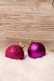 Julbaubles på snow Arkivbild