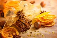 Julbegrepp med kanelbruna pinnar Arkivbild