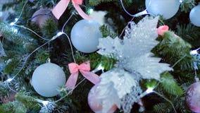 julbegrepp Skjuta den eleganta julgranen för stedikam med dekorativt ljus och julbollar och konstgjort stock video