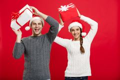 Julbegrepp - ståendebarnet kopplar ihop i jul som tröjan tycker om att spela med gåvor arkivbild