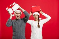 Julbegrepp - ståendebarnet kopplar ihop i jul som tröjan tycker om att spela med gåvor royaltyfria bilder