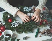 Julbegreppet med det vintergröna Xmas-trädet fattar Arkivbild