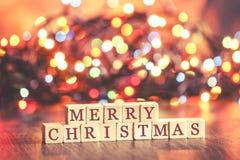Julbegreppet med glad jul önskar bildat på träkvarter royaltyfri bild