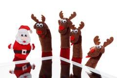 Julbegreppsleksak Santa Claus och ren med en gåva i handtouchpad Arkivfoto