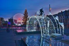 Julbelysning på stället de Jaude i Clermont-Ferrand, Auvergne, Frankrike royaltyfri fotografi