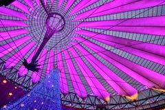 Julbelysning som dekorerar Sony Center i Berlin Royaltyfria Foton