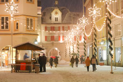 Julbelysningar i en Mideval stadfyrkant Arkivfoto