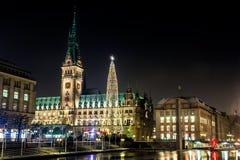 Julbelysningar på kvadrerar för Rathaus i Hamburg arkivfoto