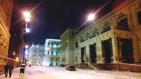 Julberättelse i St Petersburg Aftonsikt på miljon gata, den nya eremitboningen och vinterslotten Royaltyfria Foton