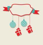 Julberömkort med hängande bollar och gåvor Arkivfoton