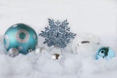 Julbild av blått- och vitprydnader på vit bakgrund Arkivfoto