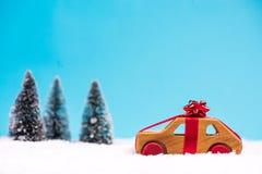 Julbilförsäljning eller leveransbegrepp fotografering för bildbyråer