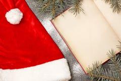 Julbok på en tabell, en hatt av Santa Claus Arkivbilder