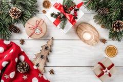 Julbokstaven för jultomten på vit bakgrund med gåvor, blyertspennan, granfilialer, sörjer kottar, stearinljus Tema för Xmas och f fotografering för bildbyråer