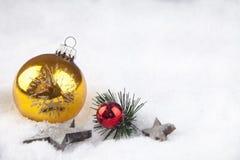 Julboll i snön Royaltyfri Foto