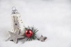 Julboll i snön Arkivbild